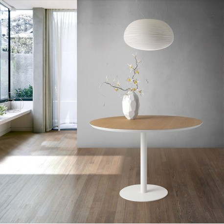 Mesa comedor redonda de madera natural y hierro lacado.