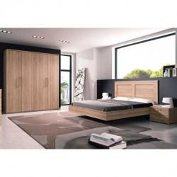 Dormitorio con cabezal, bancada y mesitas.