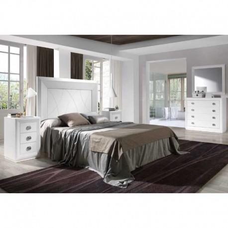 Dormitorio con cabezal, mesitas, cómoda y marco espejo.