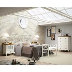 Dormitorio con cabecero, mesitas, sinfonier y banqueta