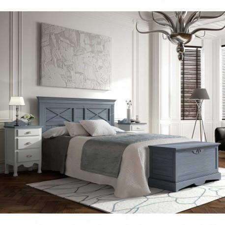 Dormitorio con cabezal, mesitas y baúl.