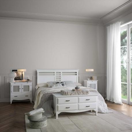 Dormitorio rústico con cabecero, mesitas y bajo cajones.