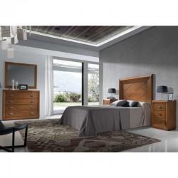 Dormitorio con cabezal, mesitas, cómoda y espejo.