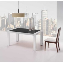 Mesa extensible con tapa de cristal en lacado blanco.