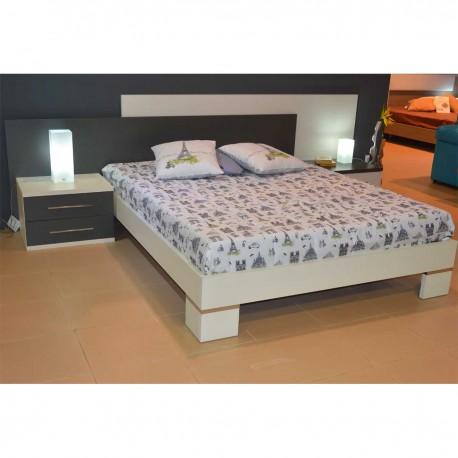 Dormitorio con cabecero, bañera para colchón y mesitas